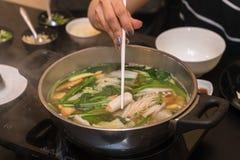 Över huvudet bästa ängelsikt av att äta den varma krukan på en restaurang Fotografering för Bildbyråer