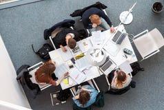 Över huvudet bild av studenter som studerar i coworking utrymme arkivbilder