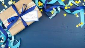Över huvudet dag för fader` s med dekorerade gränser på mörker - blå wood tabell arkivbilder