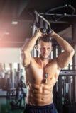 Över huvudet förlängningsrep för triceps Arkivfoto