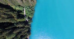 Över huvudet flyg- sikt av bergsjön Arkivbilder