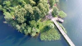 Över huvudet flyg- sikt av bron över sjön Arkivbild