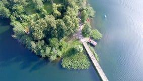 Över huvudet flyg- sikt av bron över sjön Royaltyfri Foto