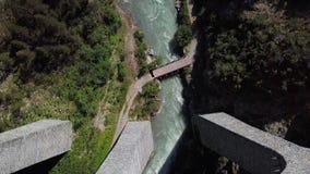 Över huvudet flyg- sikt av den Landwasser viadukten, Schweiz stock video