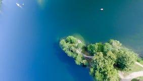 Över huvudet flyg- sikt av sjön med fartyget Royaltyfri Foto
