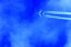 över huvudet flygplanflygstråle arkivbilder