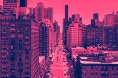 Över huvudet gatasikt i Manhattan New York City i rosa färger royaltyfri foto