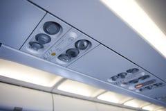 Över huvudet konsol för flygplan royaltyfria foton
