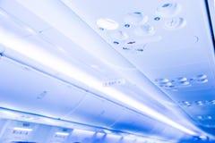 Över huvudet konsol i den moderna passagerarflygplanet royaltyfria foton