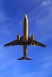Över huvudet landningflygplan Arkivbild