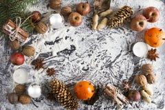 ÖVER HUVUDET LANTLIG HEMLAGAD ADVENTGARNERING Prydnadbakgrund för glad jul Arkivfoto