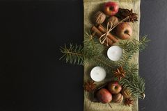 ÖVER HUVUDET LANTLIG HEMLAGAD ADVENTGARNERING Prydnadbakgrund för glad jul fotografering för bildbyråer