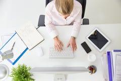 Över huvudet sikt av affärskvinnan Working At Computer i regeringsställning Arkivbilder