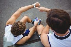 Över huvudet sikt av basketspelare som ser smartwatch Royaltyfria Foton