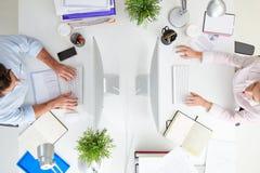 Över huvudet sikt av Businesspeople som arbetar på ½ för kontorsComputerï ¿ Arkivfoto