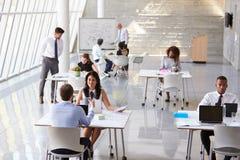 Över huvudet sikt av Businesspeople som i regeringsställning arbetar på skrivbord royaltyfri bild