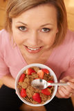 Över huvudet sikt av den åldriga kvinnan för mitt som tycker om den sunda frukosten royaltyfria foton