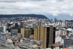 Över huvudet sikt av det nya avsnittet av Quito, Ecuador arkivbilder