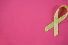 Över huvudet sikt av det prickiga gröna lymfkörtelcancermedvetenhetbandet Arkivbilder