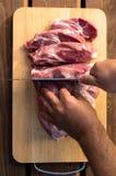 Över huvudet sikt av det rå stycket av griskött på träbakgrund Stycke av den nya utan ben griskött, halsdelen eller kragen Stort  royaltyfria bilder