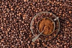 Över huvudet sikt av en bunke av jordkaffe på ett grillat helt Royaltyfria Bilder