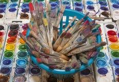 Över huvudet sikt av en Containeer av konstnären Paintbrushes med Colorf royaltyfri foto
