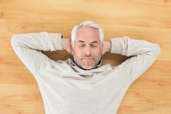 Över huvudet sikt av en man som sover på parkettgolv fotografering för bildbyråer