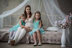 Över huvudet sikt av en ung gravid moder Royaltyfria Bilder