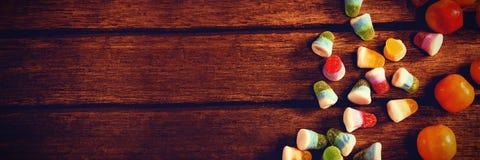 Över huvudet sikt av färgrik söt mat på tabellen royaltyfri fotografi