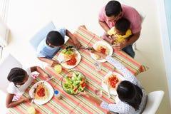 Över huvudet sikt av familjen som tillsammans äter mål royaltyfri fotografi