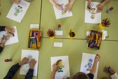 Över huvudet sikt av flera grundskola för barn mellan 5 och 11 årbarn arkivbild