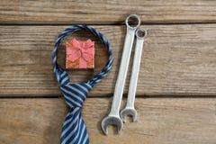 Över huvudet sikt av gåvaasken med slips- och arbetshjälpmedel Fotografering för Bildbyråer