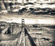 Över huvudet sikt av Golden gate bridge från helikoptern, San Francis Arkivfoto