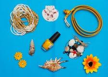 Över huvudet sikt av handelsresandes tillbehör, nödvändiga semesterobjekt, sommarbegreppsbakgrund royaltyfria foton