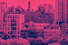 Över huvudet sikt av historiska byggnader i midtownen Manhattan New York City i rosa färger arkivbild