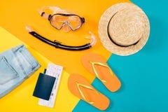 Över huvudet sikt av kläder, flipmisslyckanden, biljetter, hörlurar, smartphone och snorklautrustning Fotografering för Bildbyråer