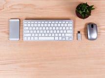 Över huvudet sikt av kontorsekskrivbordet med moderna teknologier Arkivbilder