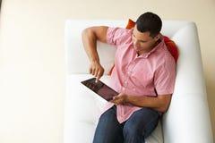 Över huvudet sikt av mannen som kopplar av på Sofa Watching Television royaltyfri fotografi
