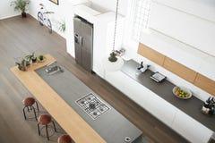 Över huvudet sikt av modernt kök med ön Royaltyfri Foto