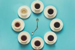 Över huvudet sikt av momenten, i att dricka en kopp av ny espresso Kaffeklocka Konstmat Begrepp för bra morgon tonat Royaltyfri Fotografi