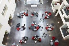 Över huvudet sikt av placering i en universitethjärtförmak, rörelsesuddighet Arkivfoto