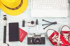 Över huvudet sikt av planet för lopp för tillbehör för handelsresande` s, tursemester, turismmodell Instagram som ser bild av det Royaltyfria Foton