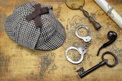Över huvudet sikt av Sherlock Hat And Detective Tools på översikt royaltyfria bilder