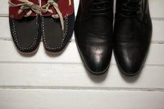 Över huvudet sikt av skor på golv Arkivbild