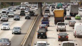 Över huvudet sikt av trafik på upptagen motorväg i i stadens centrum Los Angeles Kalifornien lager videofilmer