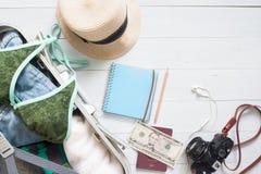 Över huvudet sikt av väsentlighet för kvinna` s i bagageresväska, sommar Royaltyfri Bild