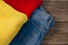 Över huvudet sikt av varma kläder med jeans Arkivfoto