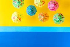 Över huvudet sikt på stranden med paraplyer och havet med fartyg Minsta begrepp för havslopp och för sommarsemester Royaltyfria Foton