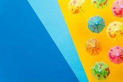 Över huvudet sikt på stranden med paraplyer och havet med fartyg Minsta begrepp för havslopp och för sommarsemester Pappers- orig Royaltyfria Bilder