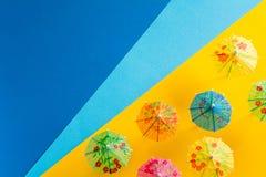 Över huvudet sikt på stranden med paraplyer och havet med fartyg Minsta begrepp för havslopp och för sommarsemester Pappers- orig Royaltyfri Fotografi